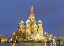 Widok St basilu ` s katedra na zima wieczór Obrazy Stock