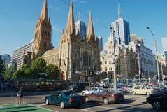Widok St Paul ` s katedra i nowożytni budynki w w centrum Melbourne, Australia obraz stock