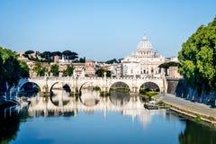 Widok St Peter ` s bazylika od Tiber rzeki w Rzym, Włochy Zdjęcie Royalty Free