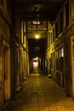 Widok stara aleja w Wenecja przy nocą Obraz Royalty Free
