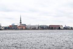Widok stara część Ryski miasto przez rzekę Obraz Stock