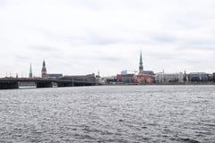 Widok stara część Ryski miasto przez rzekę Zdjęcia Stock