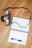Widok stara kamera i notatnik Zdjęcia Royalty Free