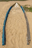 Widok stara lub zaniechana łódź rybacka zakopująca w plażowym piasku, Kailashgiri, Visakhapatnam, Andhra Pradesh, Marzec 05 2017 obrazy stock