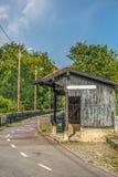 Widok stara taborowa przerwa, mała infrastruktura, rocznika drewniany budynek, cykl i pieszy ecopist w Viseu, fotografia stock