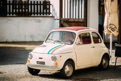 Widok Starego Retro rocznika koloru Fiat Nuova 500 samochodu Biały parking Fotografia Stock