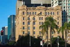Widok stary budynek w CBD z nowożytnymi drapaczami chmur za nim i drzewkami palmowymi w przedpolu w Brisbane Queensland Aust obrazy royalty free
