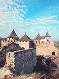 Widok stary grodowy Khotyn forteca - średniowieczny kasztel na jesieni wzgórzach Ukraina, Europa Wschodnia Architektura środek zdjęcie stock
