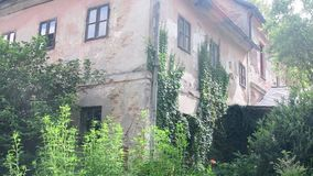 Widok stary wieśniaka dom Wiejski dom w lecie zdjęcie wideo