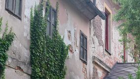 Widok stary wieśniaka dom Wiejski dom w lecie zbiory wideo