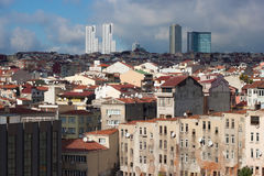 Widok starzy domy i taflujący dachy Istanbuł w Beyoglu okręgu Zdjęcia Royalty Free