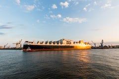Widok statek w porcie Hamburg i Elbe Zdjęcie Stock