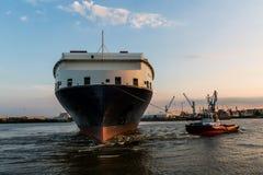Widok statek w porcie Hamburg i Elbe Zdjęcie Royalty Free