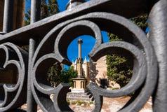 Widok statua przez żelaza grille, Tarragona, Catalunya, Hiszpania Zakończenie Zdjęcia Royalty Free