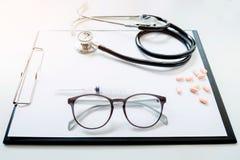 Widok stetoskop i wyposażenie na przedpole stole fotografia royalty free