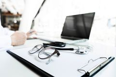 Widok stetoskop i wyposażenie na przedpole stole z docto obrazy royalty free