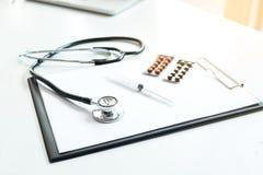 Widok stetoskop, lek i wyposażenie na przedpole stole, Hea obraz royalty free