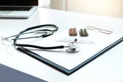 Widok stetoskop, lek i wyposażenie na przedpole stole z, obrazy royalty free