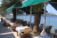 Widok stoły kipieli kawiarnia na wyspie Lopud, Chorwacja obraz royalty free