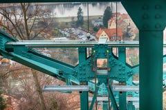 Widok stropnicy, poparcia i dumni kroki stara zawieszenie kolej w świacie żelazni, zdjęcie stock