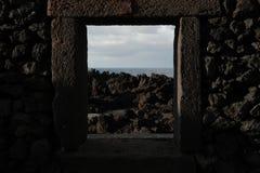 Widok Strzępiasty kamień Przez Rockowego okno obrazy stock