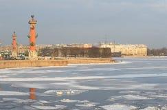 Widok strzała Vasilevsky wyspy Luty pogodny dzień St Petersburg Zdjęcie Stock