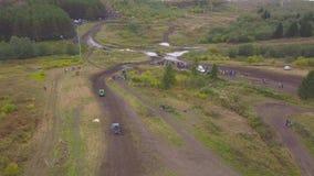 Widok SUVs jazda na kałuży klamerka Odgórny widok surmounting kałuże SUVs na borowinowych rasach Dżipa ścigać się zbiory