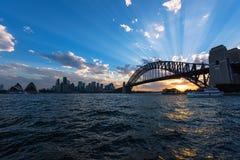 Widok Sydney opera Bridżowy Sydney Australia przy zmierzchem I schronienie Zdjęcie Royalty Free