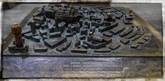 Widok symboliczna stara brązowa mapa umieszczał blisko Mediolańska katedra Fotografia Stock
