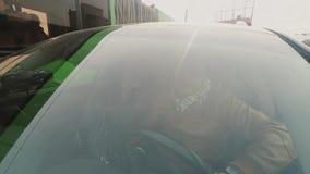 Widok szczęśliwa para w miłości przez okno samochód Kochankowie siedzi w samochodzie Kobieta całuje mężczyzna na policzku zbiory