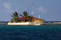 Widok Szczęśliwa wyspa, Malutka Jaskrawy Coloured wyspa Restauracyjna z drzewkami palmowymi; grenadyny, Wschodni Karaiby Zdjęcia Stock