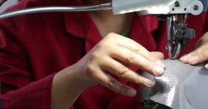 Widok szwalna maszyna dla butów Kobiety s ręka pracuje przy fabryką z nicią 4K zbiory