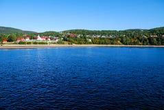 Widok tadoussac zatoka w Canada od ferryboat na niebieskiego nieba i wody tło Obrazy Royalty Free
