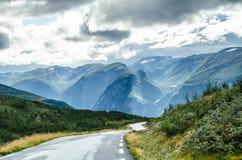 Widok tajemnicze góry od Aurlandsvegen drogi zdjęcia stock
