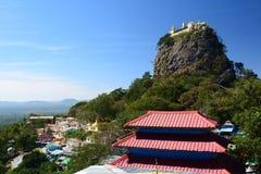 Widok Taung Kalat buddyjski monaster Góra Pop Mandalay region Myanmar Zdjęcie Stock