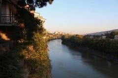 Widok Tbilisi, Gruzja od Lewego b ank Rzeczny Mtkvari w Październiku Fotografia Royalty Free