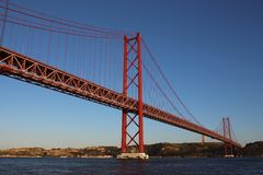Widok 25th Kwietnia most od Tagus rzeki Obrazy Stock