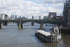 Widok Thames rzeka Londyn i most Zdjęcie Stock