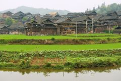 Widok tradycyjna drewniana wioska Dong mniejszość w Rongshui, Chiny fotografia royalty free