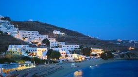Widok tradycyjna grecka wioska z biel domami w nocy zaświeca na Mykonos wyspie, Grecja, zdjęcie wideo