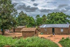 Widok tradycyjna wioska, ludzie i prześcieradło na, pokrywający strzechą i cynkowy dachów domach i terakotowych ścianach z cegieł zdjęcia stock