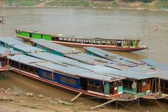 Widok tradycyjne długie łodzie wiązał przy bankiem Mekong rzeka w porze suchej w Luang Prabang, Laos Obrazy Stock