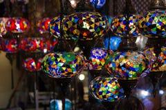 Widok tradycyjne jaskrawe dekoracyjne wiszące Tureckie lampy i colourful światła z żywymi colours w Uroczystym bazarze istanbul Obraz Stock