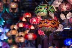 Widok tradycyjne jaskrawe dekoracyjne wiszące Tureckie lampy i colourful światła z żywymi colours w Uroczystym bazarze istanbul Zdjęcia Royalty Free