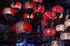 Widok tradycyjne jaskrawe dekoracyjne wiszące Tureckie lampy i colourful światła z żywymi colours w Uroczystym bazarze istanbul Obrazy Royalty Free
