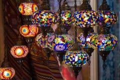 Widok tradycyjne jaskrawe dekoracyjne wiszące Tureckie lampy i colourful światła z żywymi colours w Uroczystym bazarze istanbul Fotografia Stock