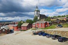 Widok tradycyjni drewniani domy kościelny dzwonkowy wierza kopalni miedzi miasteczko Roros w Roros i, Norwegia Obrazy Stock
