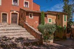 Widok tradycyjny kolorowy dom w ocher i schody, w Roussillon Fotografia Stock