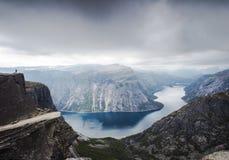 Widok Trolltunga faleza i jezioro między górami, malowniczy krajobraz, piękno w naturze, raj na ziemi, słoneczny dzień, Odda, fotografia stock