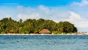 Widok tropikalna wyspa z kokosowymi palmami na piaskowatej plaży, Maldives, ocean indyjski Odbitkowa przestrzeń dla teksta Fotografia Stock